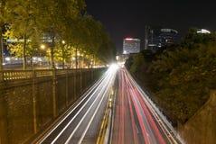 Tunnel urbano e traffico alla notte a Bruxelles immagine stock