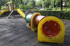 Tunnel variopinto in children' campo da giuoco di s Immagine Stock