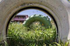 Tunnel von bunten Stapeln der alten benutzten Reifenwand mit altem countr Stockfoto