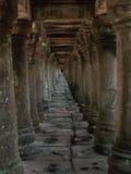 Tunnel von Säulen stockfoto