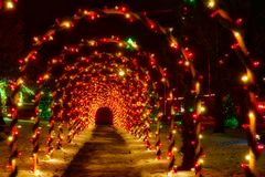 Tunnel von Weihnachtsbögen stockfotos