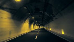 Tunnelaandrijving in donkere tunnel stock footage