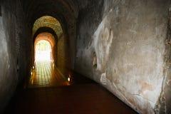 Tunnelachtergrond en bedrijfsconcept tunnel met oude baksteen het eind van tunnel en conceptenzaken met succes geheimzinnigheid t Stock Afbeeldingen