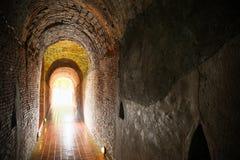 Tunnelachtergrond en bedrijfsconcept tunnel met oude baksteen het eind van tunnel en conceptenzaken met succes geheimzinnigheid t Royalty-vrije Stock Foto's