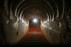 Tunnelachtergrond en bedrijfsconcept tunnel met oude baksteen het eind van tunnel en conceptenzaken met succes geheimzinnigheid t Stock Foto