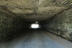 Tunnelbakgrund och affärsidé tunnel med gammal tegelsten slutet av tunnel- och begreppsaffären lyckat Royaltyfria Bilder