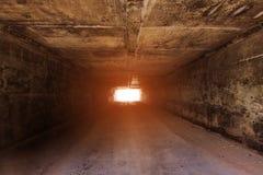 Tunnelbakgrund och affärsidé tunnel med gammal tegelsten slutet av tunnel- och begreppsaffären lyckat Royaltyfri Fotografi