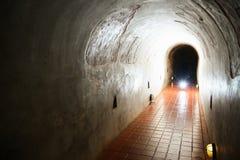 Tunnelbakgrund och affärsidé tunnel med gammal tegelsten slutet av tunnel- och begreppsaffären lyckat gåtatunnel Royaltyfri Fotografi