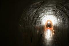 Tunnelbakgrund och affärsidé tunnel med gammal tegelsten slutet av tunnel- och begreppsaffären lyckat gåtatunnel Royaltyfri Bild
