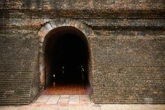 Tunnelbakgrund och affärsidé tunnel med gammal tegelsten slutet av tunnel- och begreppsaffären lyckat gåtatunnel Arkivfoto