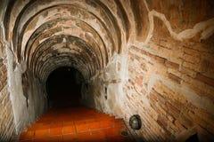 Tunnelbakgrund och affärsidé tunnel med gammal tegelsten slutet av tunnel- och begreppsaffären lyckat gåtatunnel Arkivfoton