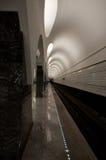 Tunnelbana baksida-tända väggar arkivfoto