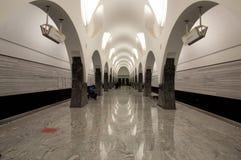 Tunnelbana baksida-tända väggar royaltyfri foto
