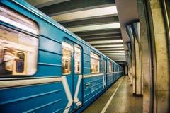Tunnelbana- eller gångtunnelplattformstation med det suddiga drevet för rörelse Arkivfoto