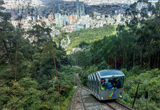 Tunnelbana för bergbana för kabelbil äldst till det Monserrate berget i Bogot royaltyfria bilder