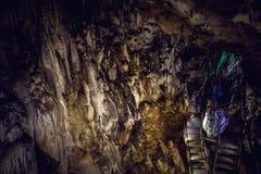 Tunnelbana för gåtagrottatunnel, geologisk kalksten Royaltyfria Bilder