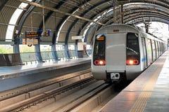 Tunnelbana som ankommer på den Dwarka stationen i New Delhi Indien royaltyfri foto