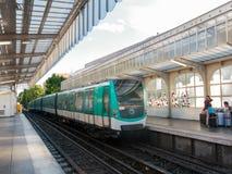Tunnelbana som ankommer på en station i Paris Royaltyfria Bilder