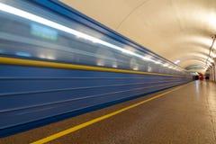 Tunnelbana & x28; subway& x29; tunnelbanadrev som ankommer på en station Rörelse b royaltyfri bild