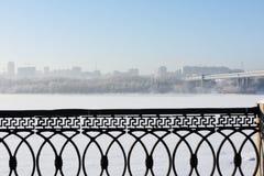 Tunnelbanabro och vänstersidabank av Ob River i Novosibirsk, Ryssland Royaltyfri Foto
