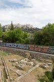 Tunnelbanadrev-linje till och med den forntida marknadsplatsen för Aten med akropolen in Royaltyfri Fotografi