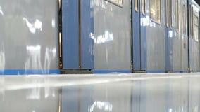 Tunnelbanadrev med bokslutdörren och avvikelse stängande drevdörrar stock video