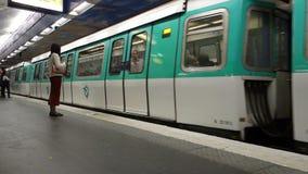 Tunnelbanadrev som ankommer på tunnelbanastationen arkivfilmer