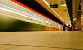 Tunnelbanadrev som förbigår på gångtunnelstation Arkivbild