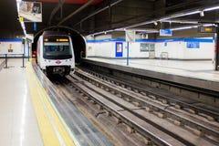 Tunnelbanadrevet ankommer på den Madrid tunnelbanaplattformen i den Chamartin stationen royaltyfri fotografi