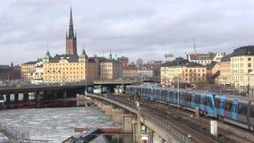 Tunnelbanadrevpasserande över bron 'Gamla Stan ', marsdag Stockholm Sverige arkivfilmer