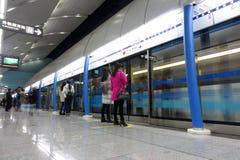 Tunnelbanalinje gångtunneldrev i chengdu Royaltyfri Bild
