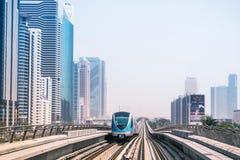 Tunnelbanalinje i Dubai Arkivbild