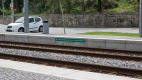 Tunnelbanan gör den Porto stationen med tecknet för det engelska språket nära Vila do Conde, Portugal royaltyfri fotografi