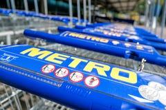 Tunnelbanashoppingvagnar som göras av Wanzl royaltyfri bild
