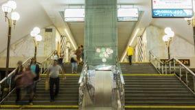 Tunnelbanastation med trafik av någonsin-spring folk på affär arkivfilmer