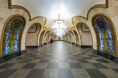Tunnelbanastationen Novoslobodskaya i Moskva, Ryssland Royaltyfri Bild