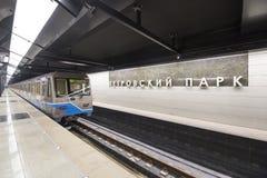Tunnelbanastationen Petrovsky parkerar -- är en station på den Kalininsko-Solntsevskaya linjen av Moskvatunnelbanan, Ryssland Royaltyfria Bilder