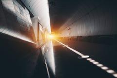 Tunnelbanatunnel med reflexioner och signalljuset Arkivfoto