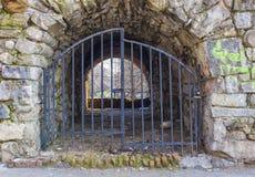 Tunneleintritt acces zugeschlossen mit Metalltoren Stockbild