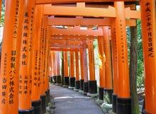 Tunnelen av tusen torii utfärda utegångsförbud för i den Fushimi Inari relikskrinen Royaltyfri Bild