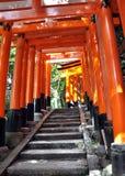 Tunnelen av tusen torii utfärda utegångsförbud för i den Fushimi Inari relikskrinen, Kyoto Royaltyfri Bild