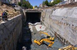 Tunneller pracownik instaluje element wyposażenia w podziemnej metra metra budowie w Sofia, Bułgaria Zdjęcia Royalty Free