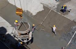 Tunneller pracownik instaluje element wyposażenia w podziemnej metra metra budowie w Sofia, Bułgaria Obraz Royalty Free