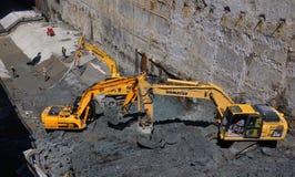 Tunneller pracownik instaluje element wyposażenia w podziemnej metra metra budowie w Sofia, Bułgaria Fotografia Royalty Free