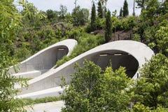 Tunnels attrayants au-dessus de route ? Tulsa l'Oklahoma pr?s de parc et de rivi?re Arkansas avec beaucoup de jeunes arbres soute photos stock