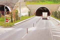 Tunnels dans la route de montagne à Antalya images libres de droits