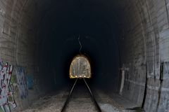 Tunnels en spoorwegen Licht op het eind van de tunnel Stock Afbeeldingen