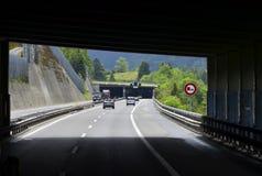 Tunnels sur la route suisse images stock