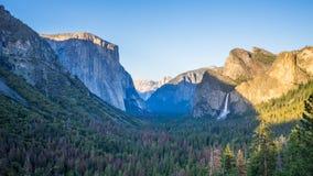 Tunnelsikt, Yosemite nationalpark på solnedgången royaltyfri bild