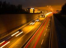 Tunnelstraße nachts stockbild